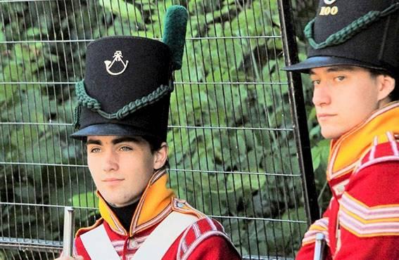 Perinteinen vahdinvaihtoseremonia kerää sotilaita paraatiin parlamentin aukiolle jokaisena kesäpäivänä.