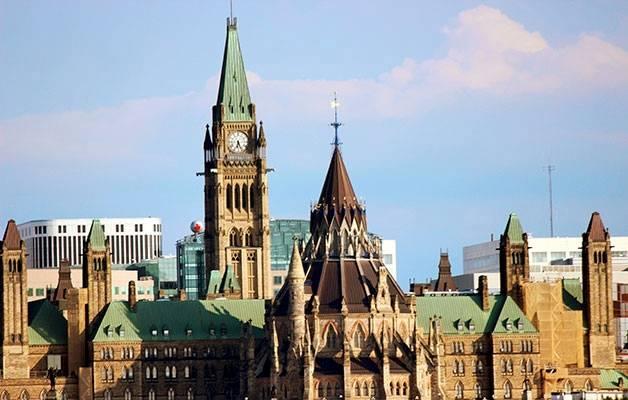 Kanadan parlamenttitalo sijaitsee pääkaupungissa Ottawassa, joka on väkiluvultaan neljänneksi suurin kaupunki. Peace Tower kohoaa liki sadan metrin korkeuteen.