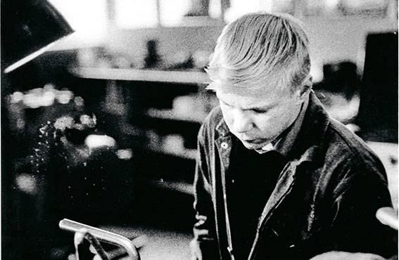 Työkoneiden käyttö vaatii tarkkaa keskittymistä. Vuonna 1966 Valmetin ammattikoulussa Tampereella harjoiteltiin esimerkiksi metallitöitä.