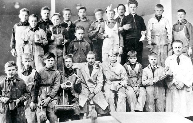 Aloitteleville maalareille maalipurkit ja pensselit tulivat heti tutuiksi. Viipurin maalariammattikoulun oppilaita vuonna 1936.
