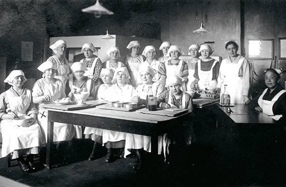 Tyttöjen ammattiopetus painottui pitkään taloustaitoihin. Tampereen Talouskoulun IV keittiön oppilaat v. 1924–1925.