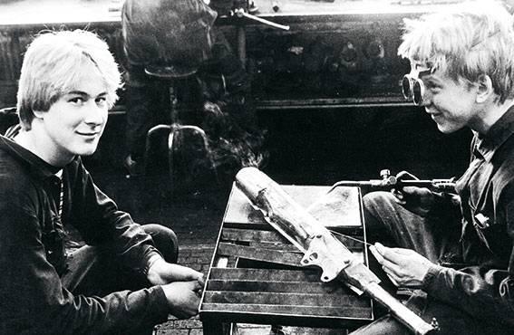 Ammattikoulussa nuoret pääsevät käytännön töihin. Tampereella vuonna 1982 työn alla on mopon äänenvaimentimen hitsaus.