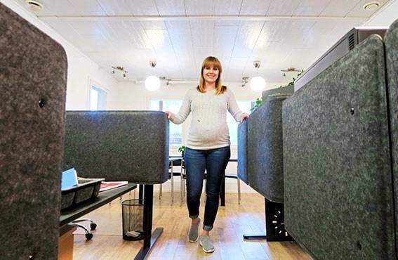 Toimitusjohtaja Suvi Hassinen korostaa ergonomian merkitystä työhyvinvoinnissa. Toimistossa on säädettävät työpöydät.