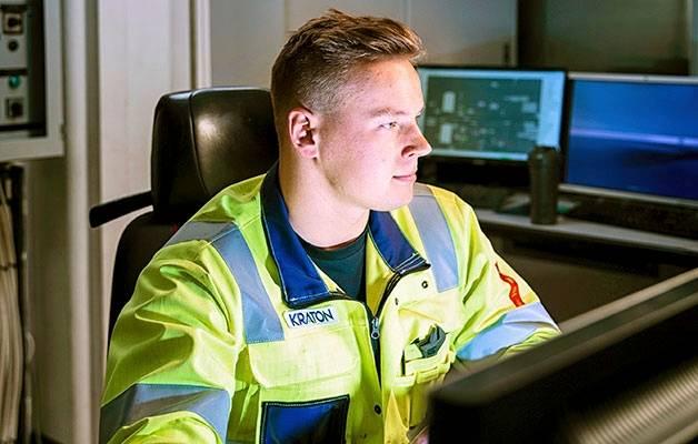 Prosessitekniikkaa opiskeleva Saku Kurtti on toista kesää Kraton Chemicalissa. Viime kesänä hän harjoitteli käyttömiehenä, nyt pääasiassa tehtaan mäntyöljytislaamon ohjaamossa.