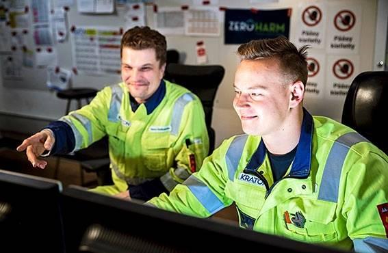 Vuoromestari Sami Holtinkoski on ollut Saku Kurtin tukena työhön perehdytyksestä lähtien. Työnohjauksessa painotetaan erityisesti työturvallisuutta, joka nivelletään jokaiseen käytännön työtehtävään.