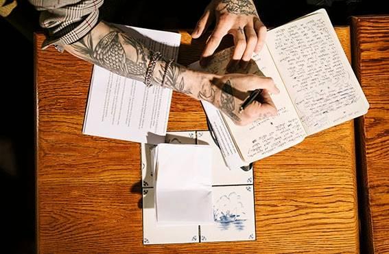 """""""Kirjoitin O:ta melkein neljä vuotta kovalla tahdilla, käsikirjoitettuja sivuja oli yli 1200, työmäärä oli älytön. Hiljaisuuden mestari syntyi kyllä nopeammin, muttei lainkaan helpommin."""""""