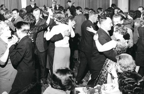 Miesseurassa ravintolan ovet aukesivat naisillekin. Georg Malmsten tanssittaa Tampereen työväenyhdistyksen ravintolassa vuonna 1962.