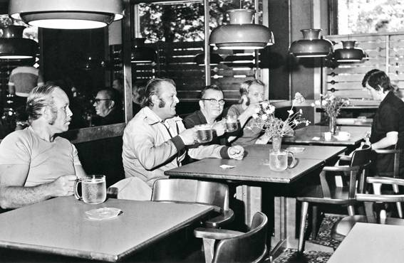 Asiakaskunta oli varsin miehistä ennen 1960-luvun loppua myös Lappeenrannan ravintola Onnissa.