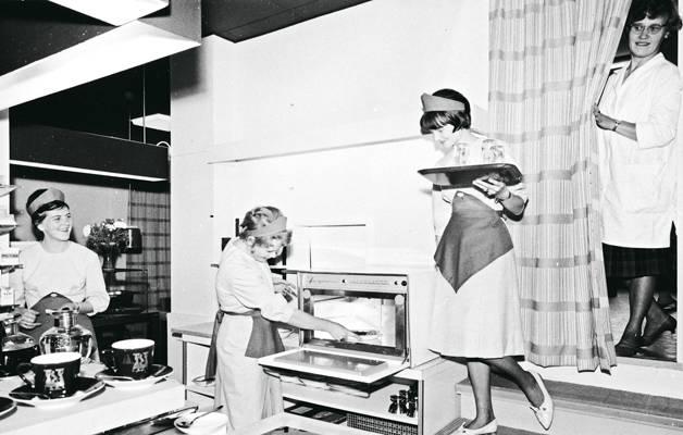 Lappeenrannan Amigo-baarin naistarjoilijat takahuoneessa 1950–1960-luvulla.