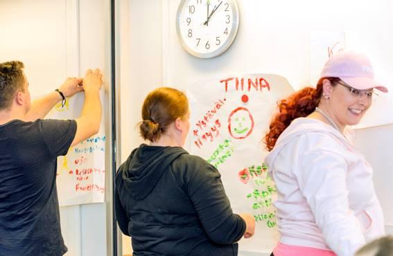 Ensimmäisellä valmennuskerralla harjoiteltiin aitoja tilanteita haastavista asiakaskohtaamisista. - Kun joku järjestää hieman ääntä ilmaan, niin muutkin matkustajat häkeltyvät, totesi Katja Nikkinen harjoitusta tehdessään.