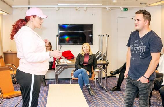 Viking linen valmennuksessa harjoiteltiin aitoja asiakastilanteita. Katja Nikkinen esitti itseään ja Peter Karlsson eläytyi hämmentyneen asiakkaan osaan. Satu-Mari Jansson seurasi tilannetta.