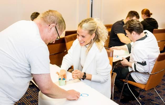 """""""Palvelumuotoilun kehittämishanke henkilökunnan työntekijäkokemuksen ja asiakaskokemuksen parantamiseksi"""" voi kuulostaa puisevalta, mutta toteutus osoittautui olevan hauskaa ja hyödyllistä valmennusta. Viking Linen työpajassa Timo Purho ja Kristel Juro, takana keskellä Ari Immonen."""