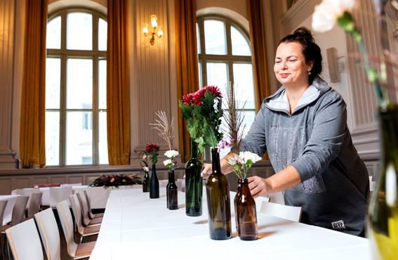 Moni jättää alan parin vuoden kuluttua, kun huomaa, että työstä on glamour kaukana, toteaa hää- ja juhlasuunnittelija Petra Kiiskinen.
