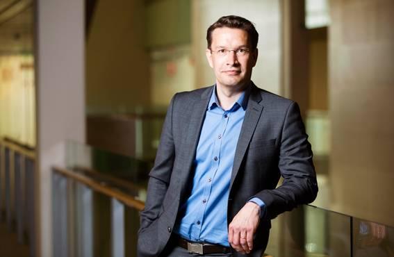 Harri Jalonen työskentelee johtavana yliopettajana Turun ammattikorkeakoulussa ja on Tampereen ja Vaasan yliopistojen dosentti. Hän on tutkinut erityisesti arvonluontia erilaisissa organisaatioympäristöissä.