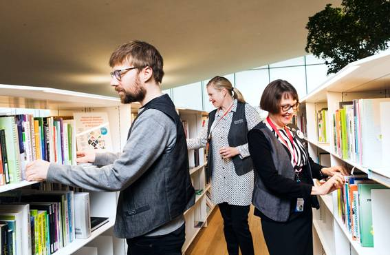 Toni tuominen, Ulla Leinikka ja Anna-Maria Soininvaara ovat myönteisesti yllättyneet siitä, miten vähän häiriöitä Oodissa on ollut.Oodissa käydään viihtymässä, työskentelemässä ja kokeilemassa erilaisia laitteita.