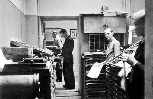 Surduksen latomossa näytti 1930-luvulla samalta kuin muissakin latomoissa. Käsinlatojat työskentelivät regaalien eli työkaappien keskellä. Niissä säilytettiin työssä tarvittavia kirjasimia ja kaappien päälle nostettiin kirjasinkastit, joista kirjakkeet poimittiin.