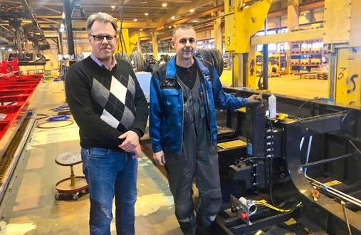 Närkon henkilöstöpäällikkö Peter Backman (vas.) löysi Bosnian rekrytointimatkalla firmaan pätevän sähköasentajan, Mirsad Besicin.