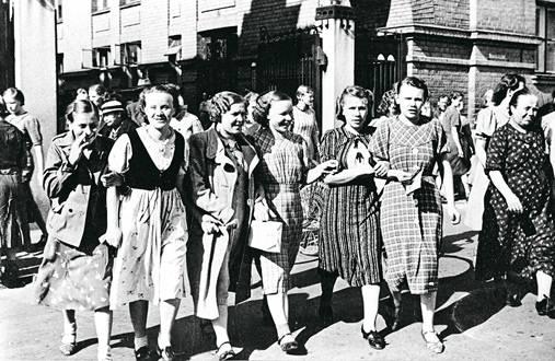 Finlaysonin työntekijät poistumassa töistä 1930-luvulla. Kahdeksantuntisen työpäivän jälkeen kotiin pääsi lähtemään auringon ollessa vielä korkealla.