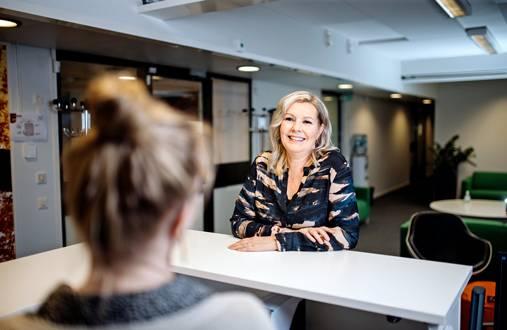 """Hyvistä tekijöistä on pulaa. """"Kilpailemme työntekijöistä ja työntekijöillä"""", Tiina Forsbom sanoo. Korona-aikana työtä on tarjolla vähemmän, ja siksi Staffpointilla on päädytty lomautuksiin."""