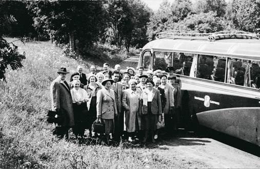 Työpaikkojen omat retkipäivät ovat tarjonneet vaihtelua arkeen. Tampereen Työväenyhdistyksen ravintolan henkilökunta kesäretkellä vuonna 1952. Matkakohteena oli Mallasjuoman tehdas Lahdessa