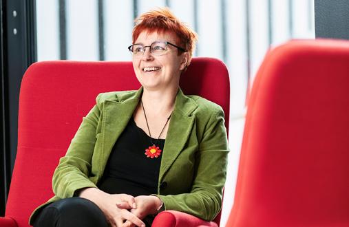 Ulla Vehkaperä näkee sote-alan tulevaisuudessa innostavia mahdollisuuksia.– Mutta uskon, että digitalisaatio, robotiikka ja tekoäly voivat myös ahdistaa. Tilanne muistuttaa sitä, kun hoitotyöhön tuli tietokoneet.
